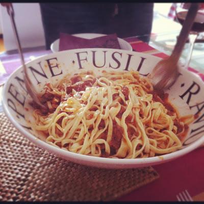 Tagliatelle con Ragú alla bolognese hecho en casa. Acompañar con Parmesano rallado o Pecorino romano.